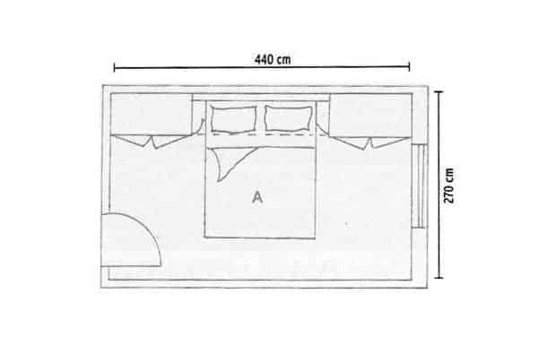 A norma di legge, la dimensione minima per una stanza matrimoniale è di 12 mq: per questo se la camera non arriva a 3 mt di profondità è consigliabile utilizzare degli armadi a ponte sopra il letto o sopra la porta, a seconda della forma del locale. Così ci sarà più spazio fruibile.